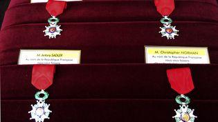 Les médailles de la Légion d'honneur remises en août 2015 àAleksander Skarlatos, Spencer Stone, Antony Sadleret Chris Norman, tous les quatre intervenus dans le train Thalys pour maîtriser un terroriste. (CATHERINE GASCHKA / POOL)