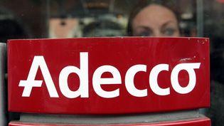 Le logo de l'agence Adecco dans une agence parisienne, le 24 octobre 2008. (JACQUES DEMARTHON / AFP)