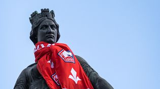 Une statue avec l'écharpe du LOSC à Lille, le 2 mai 2021. (CELIA CONSOLINI / HANS LUCAS)