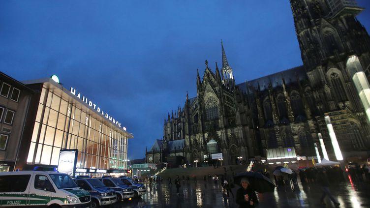 Des véhicules de police sont garés devant la gare de Cologne (Allemagne), le 11 janvier 2016. (OLIVER BERG / DPA / AFP)
