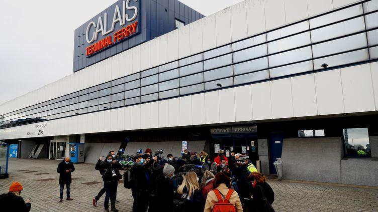 """Peu après 10 heures vendredi, le premier ferry venu de Douvres soumis aux nouvelles modalités douanières a accosté au port de Calais, déversant 36 camions, dont trois orientés pour des contrôles supplémentaires, les autres étant autorisés à poursuivre leur route. """"Les outils informatiques ont parfaitement fonctionné"""", s'est réjoui Jean Michel Thillier, directeur interrégional des Douanes. """" (SAMEER AL-DOUMY / AFP)"""