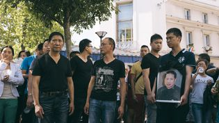 Des membres de la famille et des proches de Zhang Chaolin, mort à la suite d'une agression à Aubervilliers (Seine-Saint-Denis), portent sa photolors d'une manifestation dans cette même ville, le 14 août 2016. (DENIS MEYER / AFP)