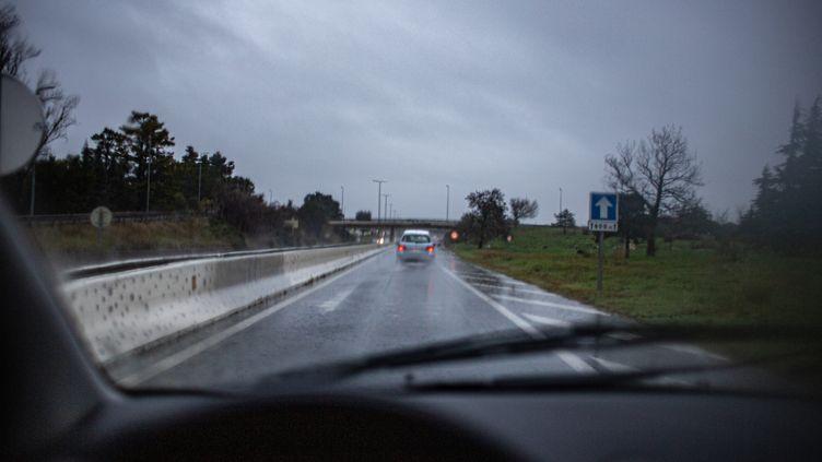 Un orage et des fortes pluies sur une route de Perpignan (Pyrénées-Orientales), le 21 janvier 2020. (IDHIR BAHA / HANS LUCAS)