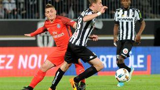 Le joueur du PSG Marco Verratti aux prises avec le milieu du SCO d'Angers Baptiste Santamaria, lors du match de Ligue 1 opposant les deux équipes, le 14 avril 2017 à Angers (Maine-et-Loire). (FRED TANNEAU / AFP)