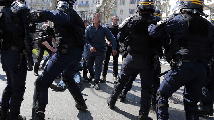 Les forces de l'ordre sont intervenues pour maintenir les opposants à Marine Le Pen, à Ajaccio (Corse-du-Sud), le samedi 8 avril 2017. (PASCAL POCHARD-CASABIANCA / AFP)