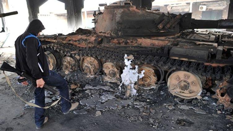 Un char des forces pro-Kadhafi détruit par une frappe de l'Otan à Misrata, le 26 avril 2011. (AFP/CHRISTOPHE SIMON)