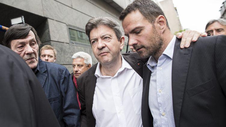 Jean-Luc Mélenchon (G) et Jérôme Kerviel à sa sortie de l'audience devant le conseil de prud'hommes, le 4 juillet 2013 à Paris. (MAXPPP)