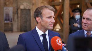 Le président de la République Emmanuel Macron lors d'une visite de la grande mosquée d'al-Nourià Mossoul (Irak), le 29 août 2021. (ISMAEL ADNAN YAQOOB / ANADOLU AGENCY / AFP)