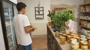 Une habitante de Saliers, dans les Bouches-du-Rhône, a décidé de relancer l'activité de l'épicerie au centre du village, essentiellement pour recréer un lien social. (France 3)