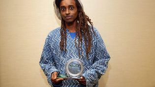 """Le cinéaste soudanais Hajooj Kuka tient lePeople's Choice Documentary Awardqui lui a été décerné pour son documentaire """"Beats of the Antonov"""" le 14 septembre 2014 pendant le Festival du film de Toronto (TIFF) au Canada. (JEMAL COUNTESS / GETTY IMAGES NORTH AMERICA)"""