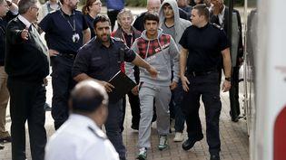 Deux jeunes migrants venus de Calais arrivent au centre d'accueil de Croydon, au sud de Londres, le 17 octobre. (MATT DUNHAM/AP/SIPA / AP)