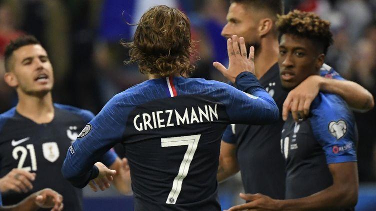 Antoine Griezmann félicite Kingsley Coman (à droite), auteur du premier but français contre l'Albanie, au Stade de France, le 7 septembre 2019. (LIONEL BONAVENTURE / AFP)