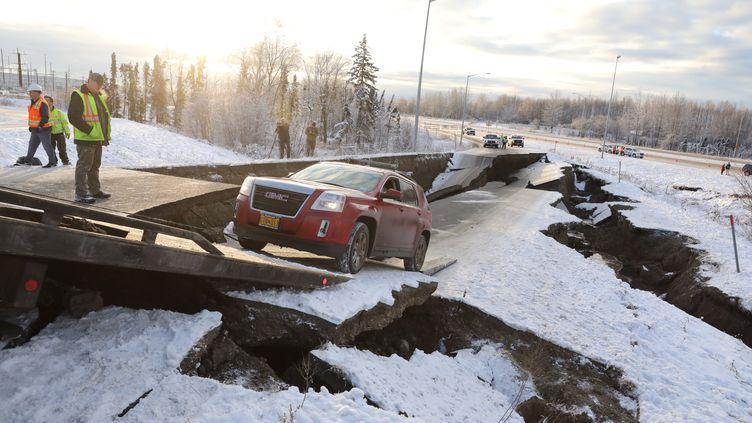 Une voiture sur une autoroute qui s'est effondrée à la suite d'un séisme, à Anchorage en Alaska (Etats-Unis), le 30 novembre 2018. (NATHANIEL WILDER / REUTERS)