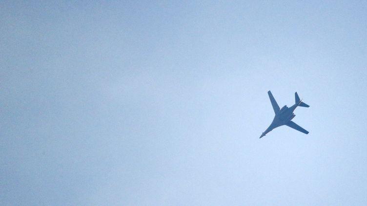 Un avion de la coalition internationale menée par les Etats-Unis, le 18 octobre 2014 àKobané (Turquie). (KAI PFAFFENBACH / REUTERS)