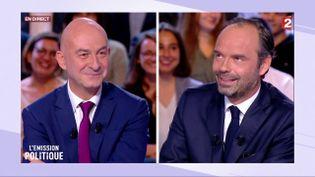 """François Lenglet (à gauche) et Edouard Philippe sur le plateau de """"L'Emission politique"""", sur France 2, le 28 septembre 2017. (FRANCE 2)"""