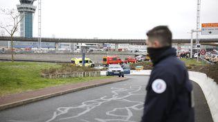 Un policier à l'aéroport d'Orly, le 18 mars 2017. (BENJAMIN CREMEL / AFP)