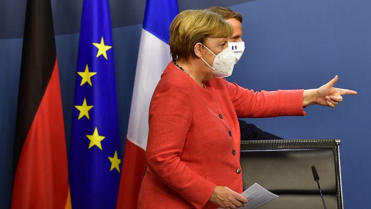La chancelière allemande Angela Merkel et le président Emmanuel Macron lors d'une conférence de presse commune à la fin du sommet européen, à Bruxelles, le 21 juillet 2020 (photo d'illustration). (JOHN THYS / POOL)