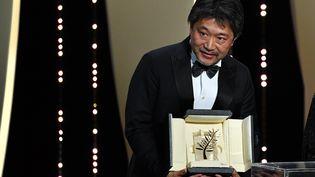 Le réalisateur JaponaisKore-Eda, le 19 mai 2018, au Festival de Cannes. (ALBERTO PIZZOLI / AFP)