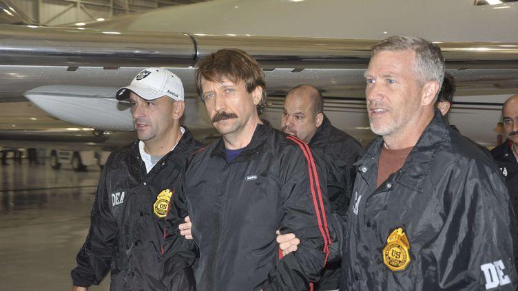 Le marchand d'armes russe Viktor Bout, lors de son extradition de Bangkok (Thaïlande) à New York (Etats-Unis), le 16 novembre 2010. (DRUG ENFORCEMENT ADMINISTRATION /AP / SIPA)