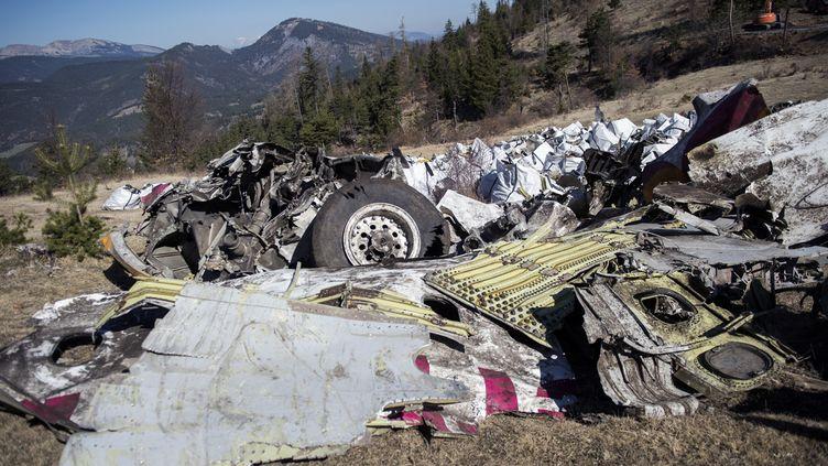 Les débris de l'A320 rassemblés, le 13 avril 2015 auCol de Mariaud, au Vernet (Alpes-de-Haute-Provence). (YVES MALENFER / MINISTERE DE L'INTERIEUR / AFP)