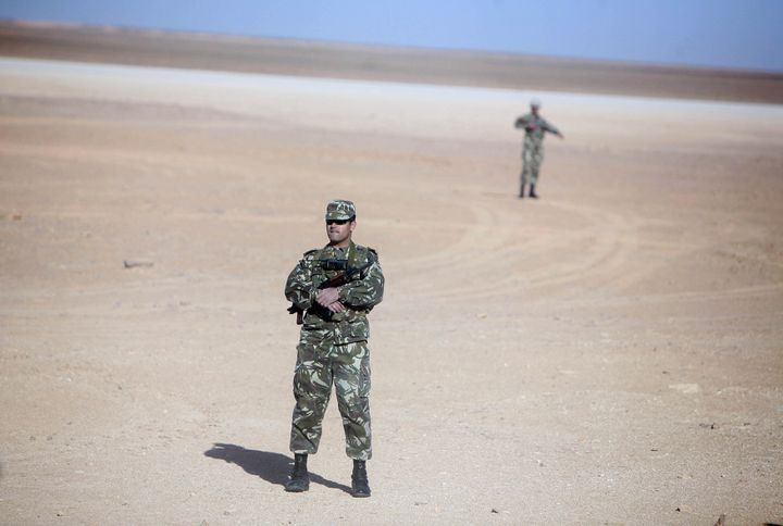 Militaires algériens montant la garde près du site gazier de Krechba, à 1200 km au sud d'Alger (14 mars 2008) (REUTERS - ZOHRA BENSEMRA / X90036)