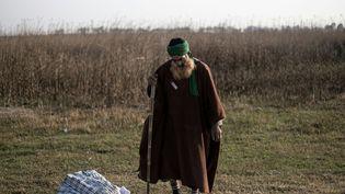 Un homme se recueille seul, après avoir participé à la prière du matin en plein air, en compagnie de nombreux fidèles. Avec l'AId-el-Fitr célébrant la rupture du jeûne du Ramadan, l'Aïd-el-Kébir, qui prévoit le sacrifice d'un animal (mouton, vache ou chèvre), est l'une des grandes fêtes de l'islam, au même titre que Noël pour les chrétiens ou Hanoukka pour les Juifs. (MARCO LONGARI / AFP )