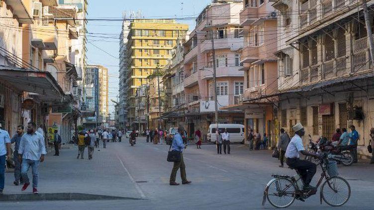 Dar es-salaam, capitale économique de la Tanzanie, le 26 octobre 2015. Le nouveau commissaire général de la ville, Paul Makonda, a lancé une campagne dirigée contre les homosexuels qui a conduit à plusieurs arrestations. (Daniel Hayduk/AFP)