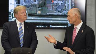 Le président américain Donald Trump et le gouverneur de Floride Rick Scott, àPompano Beach (Floride), lors d'une conférence de presse, le 16 février 2016. (JIM WATSON / AFP)