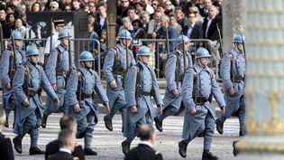 Des soldats français avec la tenue des Poilus de la guerre 14-18, lors du défilé du 14-Juillet, à Paris, le 14 juillet 2014. (STEPHANE DE SAKUTIN / AFP)