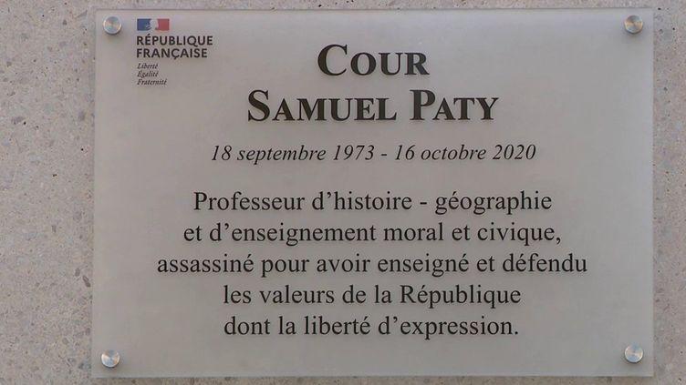 À la veille du premier anniversaire de la mort du professeur Samuel Paty, tué le 16 octobre 2020 pour avoir montré des caricatures de Mahomet, des hommages ont eu lieu vendredi 15 octobre dans les établissements scolaires, à commencer par son collège de Conflans-Sainte-Honorine (Yvelines). (CAPTURE D'ÉCRAN FRANCE 3)
