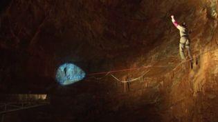 Imaginez-vous marcher à 250 m au-dessus du vide sur une simple sangle tendue. Pour la première fois, les adeptes de la discipline, la slackline, ont décidé de tenter l'expérience sous terre, dans le gouffre de Cabrespine, dans l'Aude. (FRANCE 3)