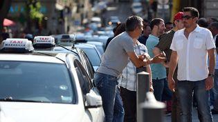 Des chauffeurs de taxi devant la préfecture de la région Bouches-du-Rhône à Marseille le 9 Juin 2015, (ANNE-CHRISTINE POUJOULAT / AFP)