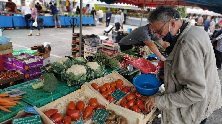 Un homme choisit des fruits et légumes sur un marché deBourgoin-Jallieu(Isère), le 26 juin 2021. (MAXPPP)