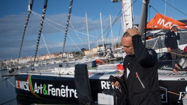 Le skippeur de Newrest - Arts&Fenêtre Fabrice Amedeo, le 9 novembre après avoir dû rentrer au port des Sables d'Olonnes pour un problème technique. (LOIC VENANCE / AFP)