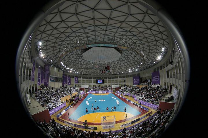 La salle flambant neuve de Doha pour accueillir les Mondiaux de handball. Ici lors de la finale des Jeux panarabes entre l'Egypte (en rouge) et le Qatar (en blanc), le 21 décembre 2011. (KARIM JAAFAR / AFP)