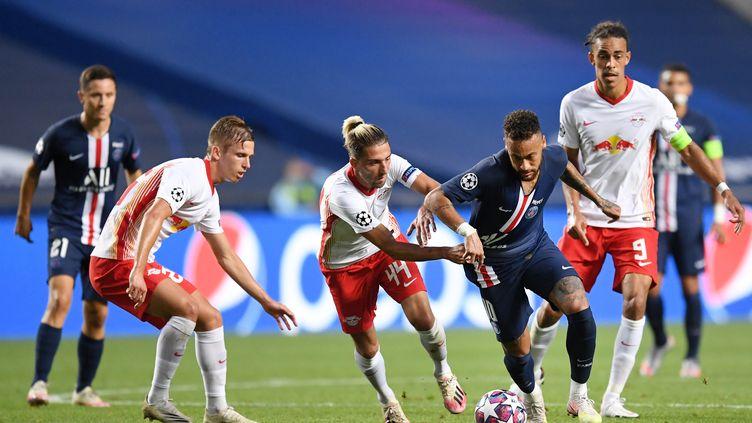 L'attaquant du PSG, Neymar, balle aux pieds, lors du match contre Leipzig, en demi-finale de la Ligue des champions, le 18 août 2020 à Lisbonne (Portugal). (DAVID RAMOS / POOL / AFP)