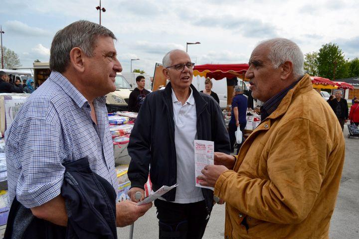 Dialogue entre des habitants de Behren-lès-Forbach et des militants du Parti communiste. (NOEMIE BONNIN / RADIO FRANCE)
