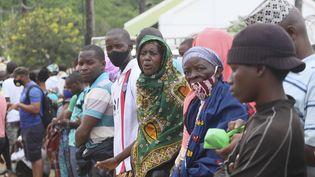Des personnes attendent à Pemba au Mozambique, le 1er avril 2021, le bateau où se trouvent des membres de leurs familles, évacués des côtes de Palma après l'attaque de la ville par des insurgés jihadistes. (ALFREDO ZUNIGA / AFP)