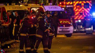 Des pompiers interviennent près du Bataclan, vendredi 13 novembre 2015. (GAUTIER-SAGAPHOTO / ONLY FRANCE / AFP)