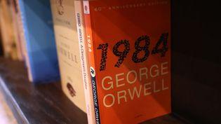 Une édition de l'œuvre deGeorge Orwell à Los Angeles, en Californie (Etats-Unis), le 25 janvier 2017. (JUSTIN SULLIVAN / GETTY IMAGES NORTH AMERICA / AFP)