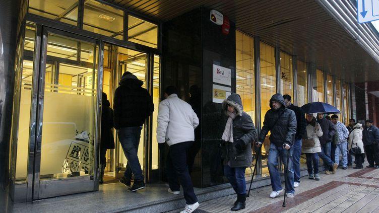 Des Espagnols font la queue devant une agence pour l'emploi à Burgos (Espagne), le 27 janvier 2012. (CESAR MANSO / AFP)