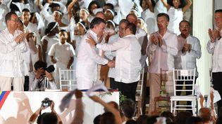 Le présidentJuan Manuel Santos et leleader desFARC, Rodrigo Londono, le 26 septembre 2016 (LUIS ACOSTA / AFP)