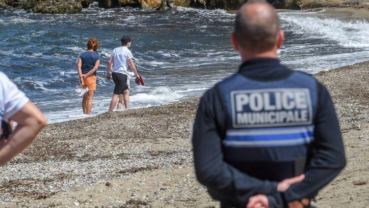 Un agent de la police municipale d'Argelès-sur-Mer(Pyrénées-Orientales)sur une plagede la commune, le 17 mai 2020. (CLEMENTZ MICHEL / MAXPPP)