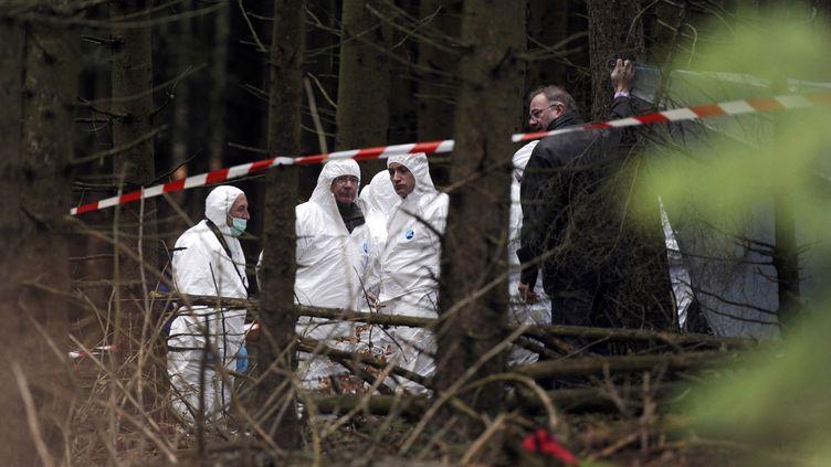 Des enquêteurs cherchent des indices dans la forêt où le corps d'Agnès a été retrouvé, le 19 novembre 2011, au Chambon-sur-Lignon (Haute-Loire). (PHILIPPE DESMAZES / AFP)