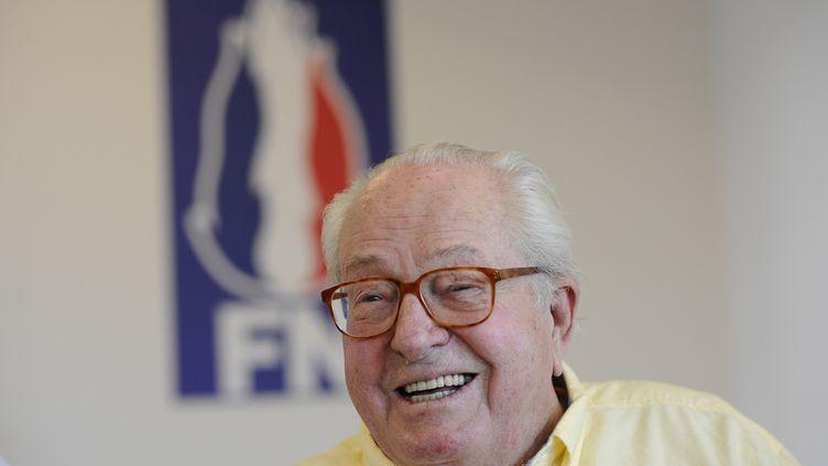 L'ancien candidat à la présidentielle de 2002 pour le Front national, Jean-Marie Le Pen, donne une conférence de presse pour soutenir un candidat de l'Union des patriotes aux législatives, le 31 mai 2017, à Marignane (Bouches-du-Rhône). (FRANCK PENNANT / AFP)