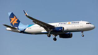 Un airbus A320 de la compagnie Israir, deuxième compagnie israélienne, atterrit à l'aéroport d'Heathrow, à Londres, le 14 septembre 2020. (MI NEWS / NURPHOTO)
