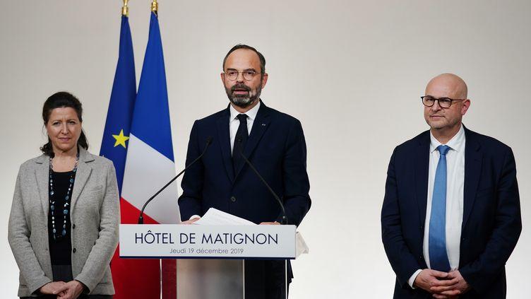 La ministre de la Santé, Agnès Buzyn, le Premier ministre, Edouard Philippe, et le Haut-Commissaire à la réforme des retraites, Laurent Pietraszewski, lors d'une conférence de presse à Paris, le 19 décembre 2019. (MARTIN BUREAU / AFP)