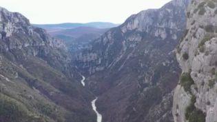 Les Gorges duVerdon, submergées par les touristes l'été, retrouvent leur calme et leur sérénité durant les mois d'hiver. Les équipes de France 2 les ont filmées à l'état sauvage. (France 2)