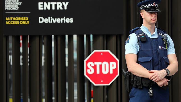 La police devant le tribunal de Christchurch en Nouvelle-Zélande, le 16 mars 2019. (MICHAEL BRADLEY / AFP)