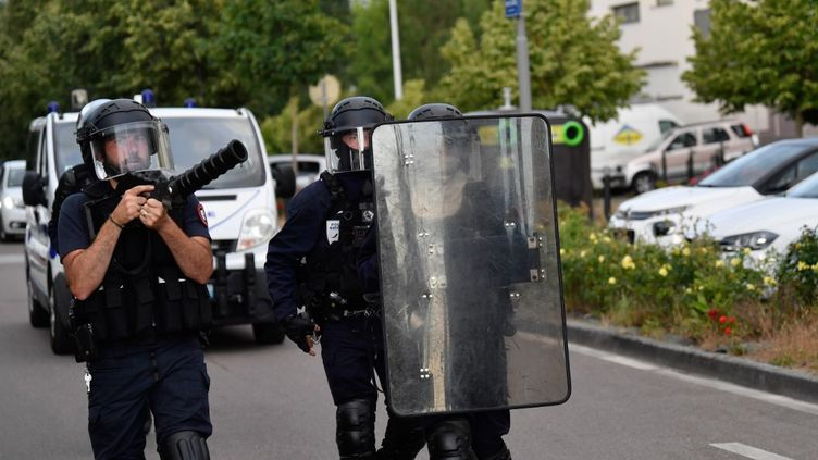 Des policiers, dans le quartier des Grésilles, à Dijon, le 15 juin 2020. (PHILIPPE DESMAZES / AFP)